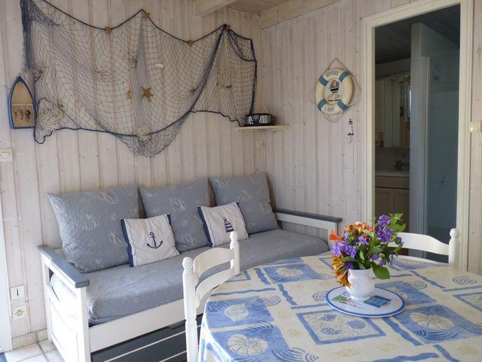 Salon avec canapé ⁄ lit-gigogne
