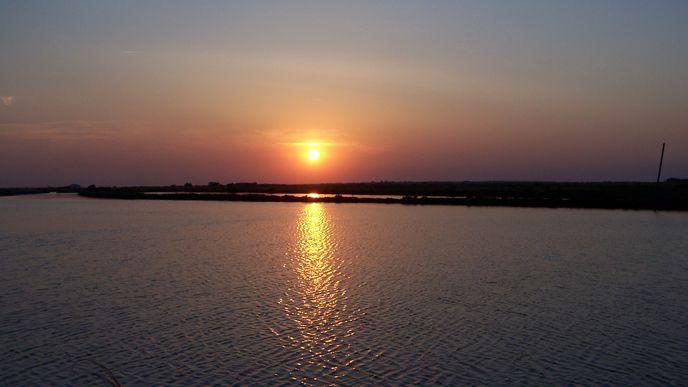 Coucher de soleil sur le marais salant (Loix en Ré)